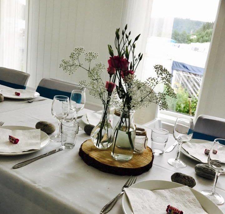 Selskapslokale, bord med pynt